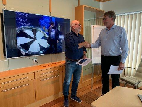 Signerer: Roy Pettersen i Andfjord Salmon (t.v.) og Oddbjørn Jacobsen i Framo signerer den første oppdrettskontrakten til Framo.