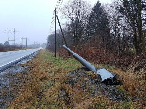 ØYDELAGD: Fotoboksen i nordgåande retning ved Fylkesveg 57 er velta over ende.