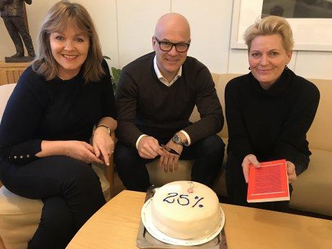 KAKE: Språksjef Ingvild Bryn, kringkastingssjef Thor Gjermund Eriksen og vikarierande krigkastingssjef (fra 13. januar) Vibeke Fürst Haugen feirar med kake fredag. Foto: NRK