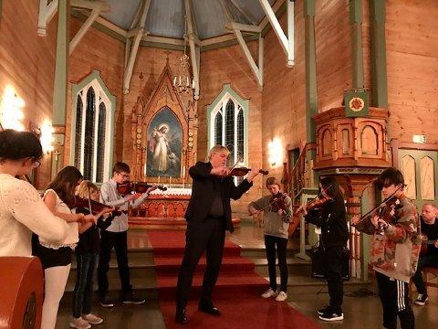 Nyttårskonserten i Manger kyrkje har vore ein lang tradisjon i Radøy musikk- og kulturskule. No har Alver kulturskule overtatt tradisjonen, og denne gongen var det elevar frå heile den nye kommunen. Og fiolinane gjorde sitt inntog.