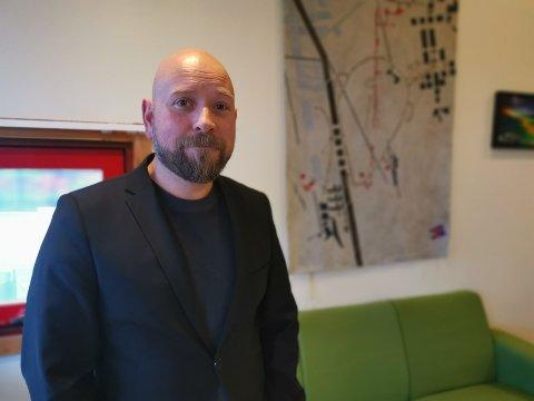 Rektor på Knarvik ungdomsskule, Morten Olsen Schulstad, fortel at trinnet no får nye stolar etter førespurnad frå elevane.