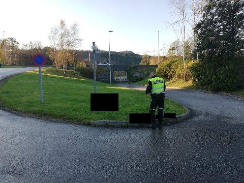 Etter sykkelulykka på Flatøy fredag, vil politiet sørge for førebyggande arbeid på staden. Bak sladden ligg sykkelen og det som truleg er nokre eigedelar som tilhøyrer syklisten.