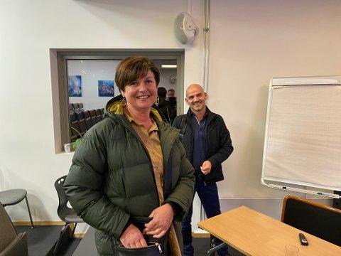 Irene Spurkeland er valt til ny leiar i Knarvik senterforening. Bak ser vi senterleiar Åge Torsvik.