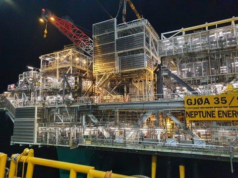 PÅ GJØA: Her blir den 740 tonn tunge Nova-modulen løfta om bord på Gjøaplattforma av verdas største kranskip Heerema Marine Contractor sin «Sleipnir».