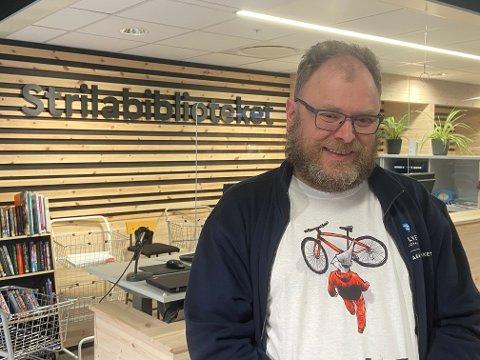 Bibliotekar Thomas presenterer dei mest lånte bøker og film frå biblioteket på Knarvik i år.