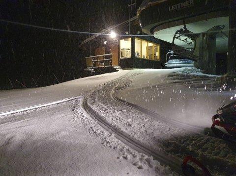 ENDELIG: Snøen daler og legger seg i Myrkdalen. Til tross for korona er det manglende snø som er den desidert største utfodringen til skianleggene på Voss denne sesongen.