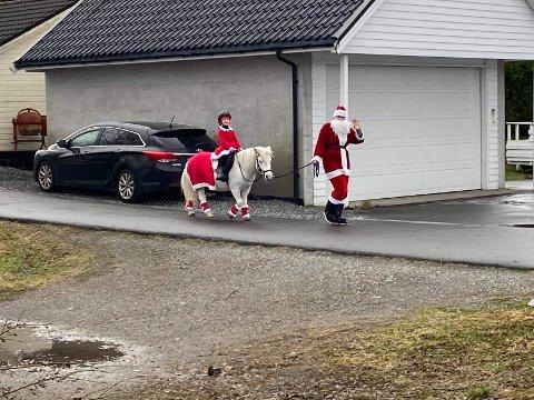 – To julenissar kom på besøk, ein stornisse til fots og ein smånisse som reid på ein kvit hest, seier Anne-Mari Arnesen.
