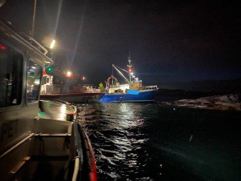 Båt på grunn i Brosmeosen i Gulen. RS Utvær bistår saman med KG Jebsen II.