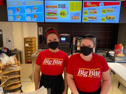 Sandra og Anette på plass i den nye Big Bite-butikken i Åsane.