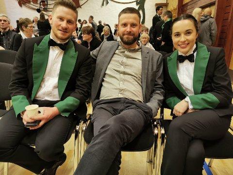 Eivind Straume (t.v.) og Pia Withington er klare for brass-NM i Grieghallen med Manger Musikklag. I midten Håvard Skutle, med fortid i MML, som var konferansier under før-NM-konserten på Sletta.