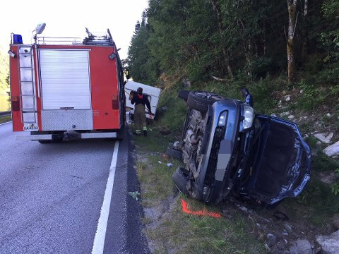 HER ENDA TUREN: 12. juli 2018 enda bilen med campingvogn på slep i grøfta langs Økslandsvatnet i den gong Gaular kommune. Ulykka skjedde på ei lang og oversiktleg strekke.