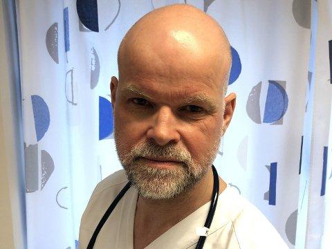 BARNELEGE: Per Helge Måseide ønsker å roe foreldre som fryktar at barna deira blir prøvekanin for covid-19. Foto: Privat