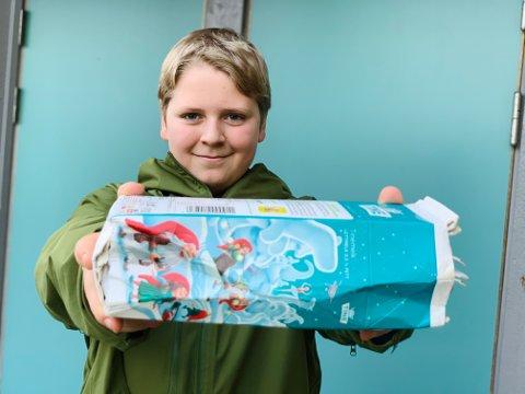 Oscar Vidner (12) frå Meland i Alver kommune vart trekt ut som vinnar i Returkartonglotteriet, og mottok ein premie på 10.000 kroner.