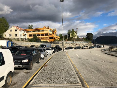 Det kan fort hope seg opp kø når mange skal ta ferje. Her på ferjekaia i Lavik.