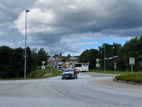 Bulkbilen fekk branntilløp i bakken på fylkesveg 57 like etter rundkøyringa ved Hagelsundbrua i Knarvik.