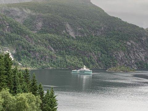 STOR: Denne luksusyachten kunne ein sjå i Dalsfjorden på onsdag.