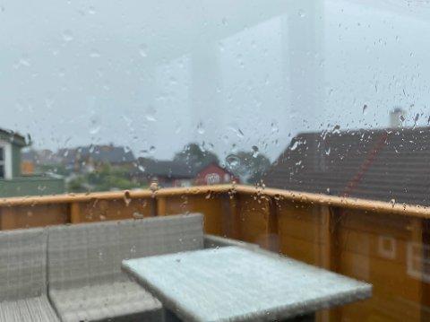 GRÅTT: Det er meldt regn til veka, men meteorologen forsikrar om at sola vil titte fram.