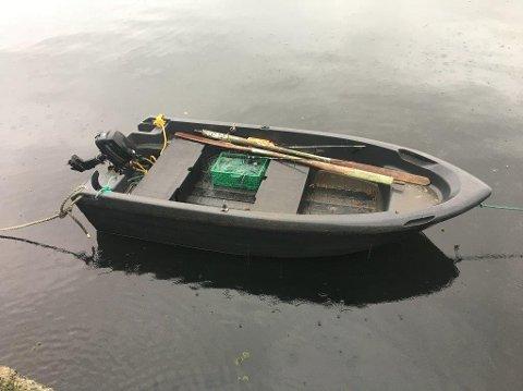 OSTERFJORDEN: Ein 15 fot svart plastbåt vart funnen drivande på fjorden torsdag morgon.