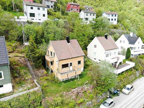 GAMALT: Huset er bygd i 1951. Det er dårleg standard, og i salsoppgåva blir det beskrive som eit rivingsobjekt.