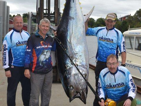 Team Vestom består av Tore Gismervik, Aksel Larsen, Stig Yri og Frank Soleim. Her er teamet med den spesielle fangsten sin.