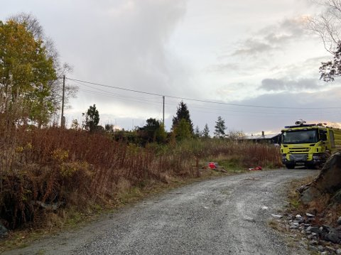 BRANN NED: Ein brannbil er framleis på staden etter hendinga.