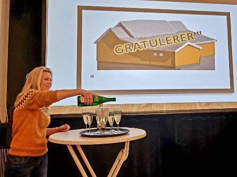 ENDELEG: – Då vedtaket var gjort, måtte det sjølvsagt feirast med ein skål, fortel Eva Karin Klausen i Manger Ungdomslag.