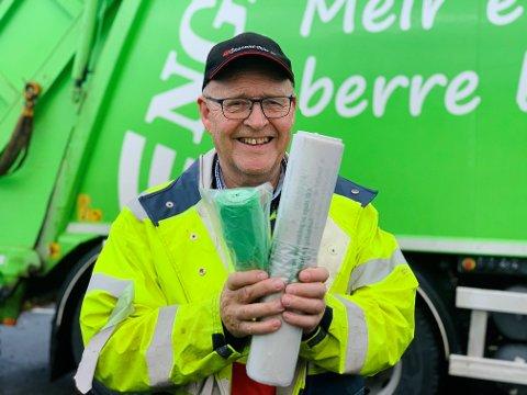 Helge Lein er ein av renovasjonsmannskapa som sørger for at du får ein ny rull med avfallsposar. Men først må du be om det på rett måte.