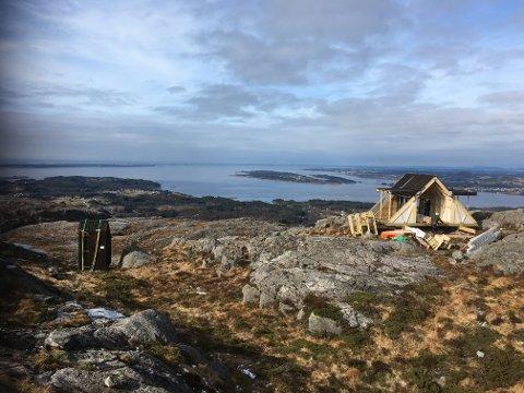 ELDSFJELLET: For dagsturhytta på Eldsfjellet, på Holsnøy, står det framleis litt at før ho blir opna. Her frå montering i mars.
