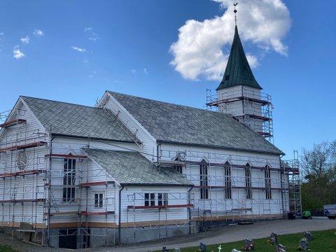 Lindås kyrkje har nyleg fått reingjort taket som del av rehabiliteringa.