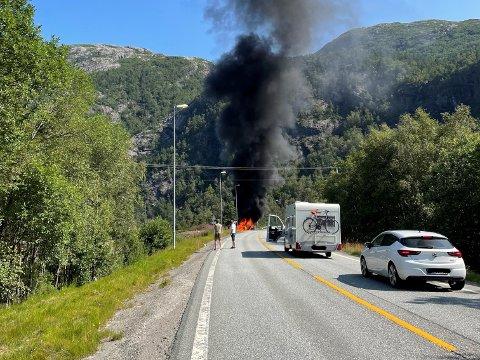 Det oppstod brann i ein elbil etter ulykka.