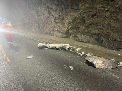 Her ligg steinen som falt frå taket i Trodaltunnelen på E39. Ein bil blei totalskada av steinen, medan ein annan punkterte då den køyrde på den.