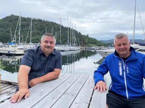 Ståle Hauge (t.v.) er varastyremedlem i Litlebergen Båtforening. Saman med leiar Bjørn Jonny Vågenes utfordrar dei andre båtlag til å gjere som dei.
