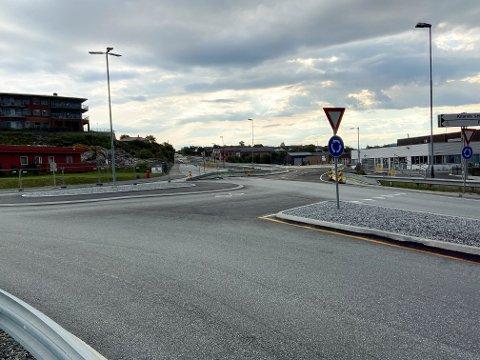 Fredag morgon var den gamle E39-traséen stengt, og omkøyringa opna. Det fører og til endringar for gåande i Knarvik dei neste månadane.