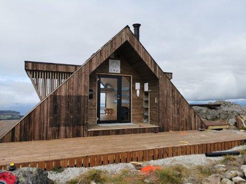 Dagsturhytta på Eldsfjellet har fått namnet Eldsbu. Laurdag kan turgåarar endeleg bruke hytta.