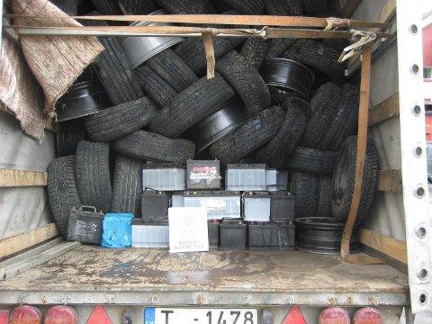 Totalt fant tollerne tre tonn batterier og utragnerte bildekk i den litauiske bilen. Foto: Tollvesenet