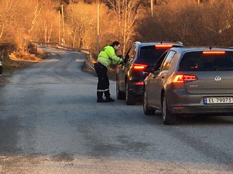 Politiet stopper biler som vil opp bakken til Turisthytta