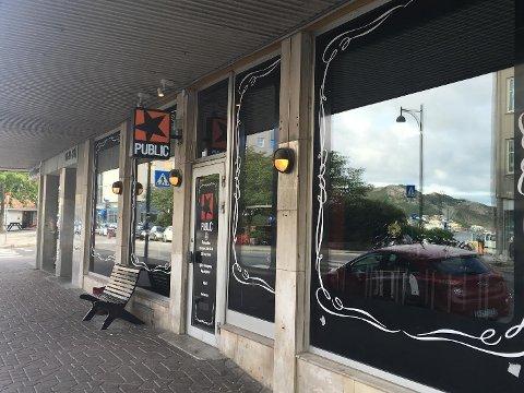 Public holder stand i utelivsverdenen i Bodø.