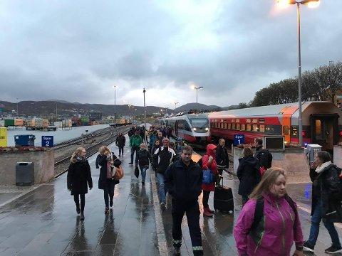 Busses: Her forlater de 150 passasjerene toget etter at det fikk tekniske problemer.