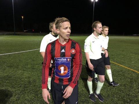 Andreas Sørgård Olsen fikk straffespark og motstanderens keeper ble utvist i onsdagens oppgjør mellom Drag og Røst. Men Drag-spilleren innrømte at han filmet, og dommer Erlend Danielsen Fagermo omgjorde både straffen og det røde kortet. Nå hylles begge av motstanderne fra Røst.