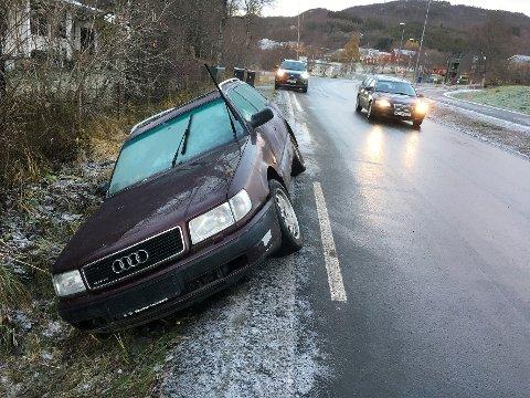 Helt av veien: Personbilen var kjørt helt av veibanen og hindret ikke den øvrige trafikken  på Oppeid.