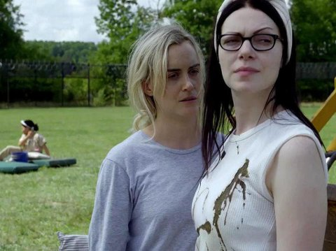 Piper (Taylor Momsen) og Alex (Laura Prepon) fra serien Orange Is The New Black på Netflix.