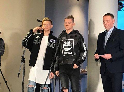 Marcus og Martinus Gunnarsen fra Trofors er Årets Nordlending! Her ved sjefredaktør i Avisa Nordland Jan-Eirik Hanssen.