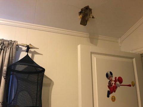 TAKLEKT: Inn gjennom taket kom det seilende en taklekt. Da bestemte familien seg for å evakuere ned til første etasje.