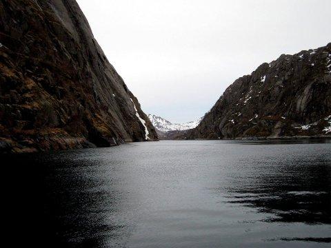 I august gikk det ras i Trollfjorden i Hadsel. Nå oppfordrer Kystverket til aktsomhet i fjorden.