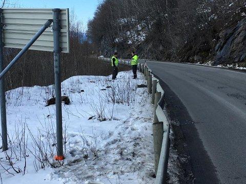 Politibetjentene Marckus Mathisen (t.h.) og Erik Asp fra Fauske lensmannskontor på ulykkesstedet.