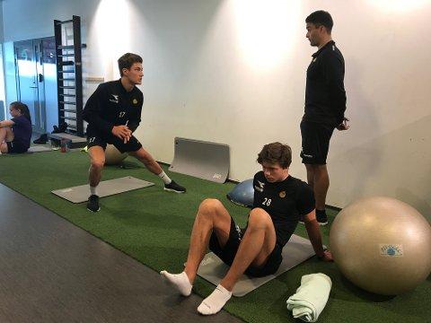 Mathias Normann og William Arne Hanssen trener med Glimts fysioterapeut hjemme i Bodø i ferien.