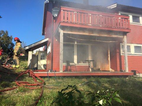 Fire boenheter: Det er fire leiligheter i bygget, hvor det har brutt ut brann i den ene i sokkeletasjen.