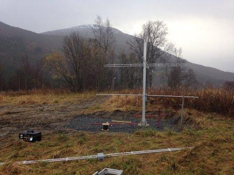 Arbeidet er i gang: Prosjektleder Rory McDougall fra Andøya Space Center melder om at arbeidet er godt i gang på Helland i Sørfold: - Vi har fått opp den ene antenna og er i gang med nummer to, sier McDougall.
