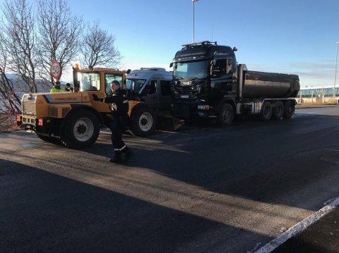 Hjullasteren og lastebilen som var involvert.