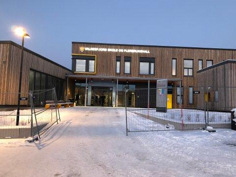 Kritikkverdig: Den nye skolen i Valnesfjord ble tatt i bruk 3. januar. Det skulle vise seg at selv om skolen og det nye uteområdet ble åpnet til skolestart, så er fortsatt kritikkverdige forhold å ta tak i rundt og på skolen.